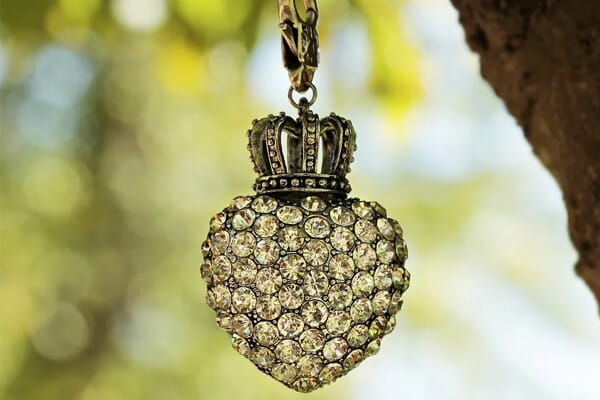 how to photograph a necklace using natural lighting